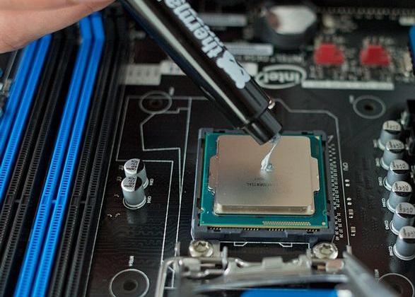 applying_thermal_paste_2_thumb